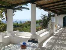 Isola di Stromboli Scari, villetta eoliana fronte mare a 50 mt.dalla spiaggia di scari,con grande terrazza coperta arredata con tavolo,sedie composta...