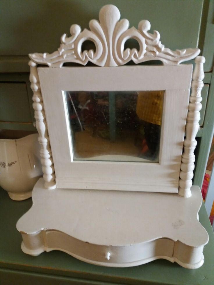 I have to move the paint which covers the original painting. Toalett mirror from 19th century.