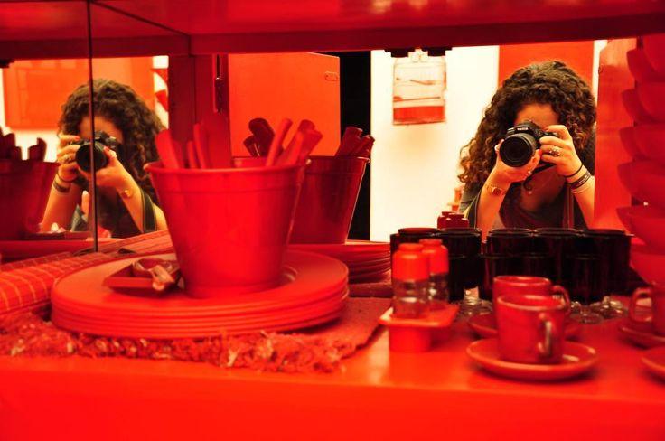 Tirando foto da foto que estava sendo tirada!  Mais uma do Instituto Inhotim em Brumadinho Minas Gerais.  Galeria Cildo Meireles sala todinha vermelha!!  ----------------------------------------------- Taking picture of the picture that was being taken!  Cildo Meireles red gallery in Inhotim Institute. ----------------------------------------------- Instituto Inhotim ----------------------------------------------- #SVemInhotim #InstitutoInhotim #Brumadinho #turismomg #inhotim #art #museum…