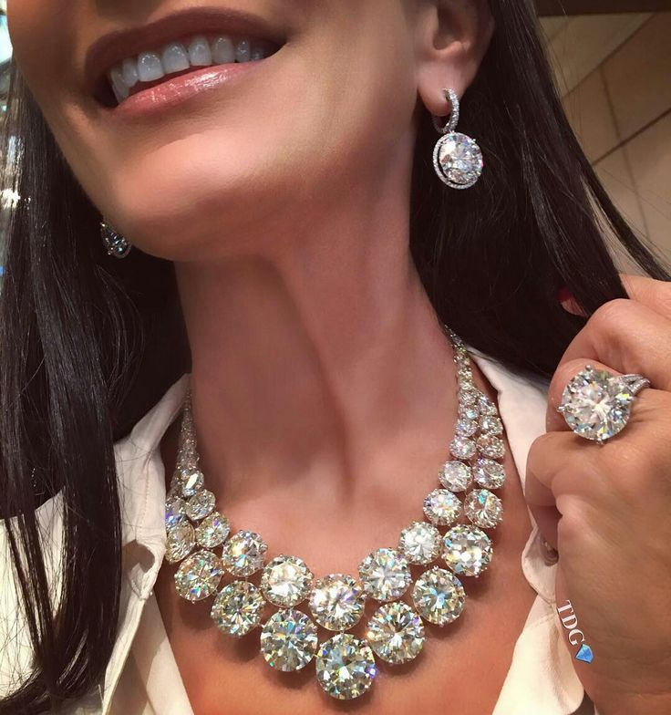 Repost @the_diamonds_girl. AND THAT'S HOW WE START THE NEW YEAR!!! Words fail me when it comes to describing the sensation of wearing @moussaieffjewellers pieces!!!