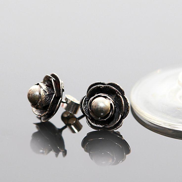 Zilveren oorknopjes  in de vorm van een roos  http://www.dczilverjuwelier.nl/edelstenen-sieraden/oorbellen-met-edelstenen