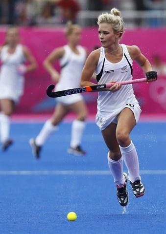Cette image représente le type d'uniforme qu'il faut que les filles porte dans les jeux. Dans hockey sur gazon les filles doivent porter une jupe, plusieurs personnes croient que ce si serait une mauvaise chose. En fait je trouve que c'est beaucoup plus facile d courir en portant une jupe!