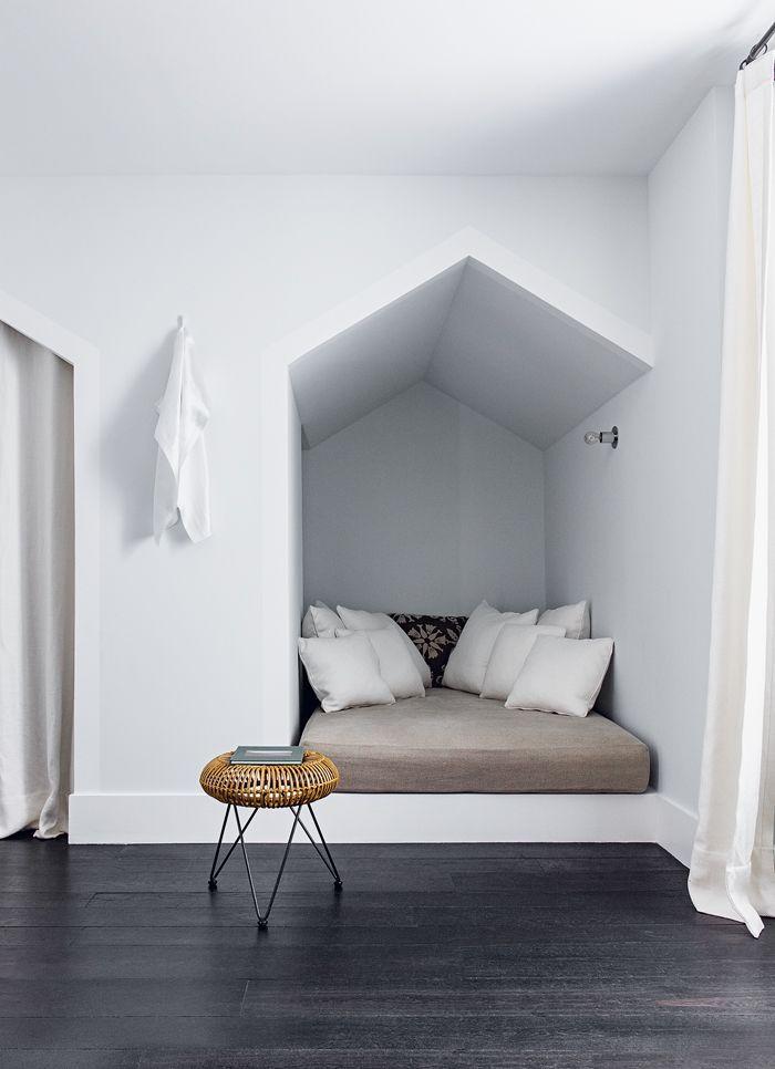 Dans la chambre, les murs couleur Pavilion Blue (Farrow & Ball) et les plinthes blanches qui encadrent la cabane et, à gauche, l'entrée de la salle de bains, rappellent les cabines de plage. Tabouret en bambou (Compagnie française de l'Orient et de la Chine). 10 | AD Magazine