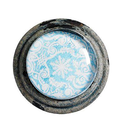 Gałka do mebli szklana Gałka do mebli wykonana ze szkła i ocynkowanej stali marki Nordal. Ta niezwykła ozdoba sprawi, że każdy mebel będzie przyciągał uwagę.  Średnica 5 cm