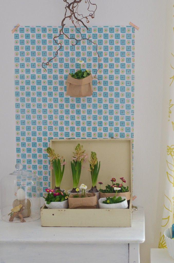 selbst gemachte deko f r den fr hling mit blumen und butterbrott ten geschenkpapier als. Black Bedroom Furniture Sets. Home Design Ideas