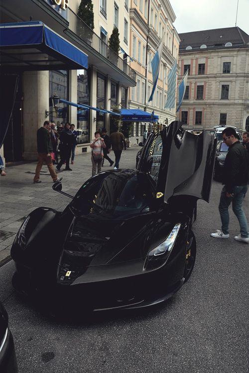Lá Ferrari preto fosco
