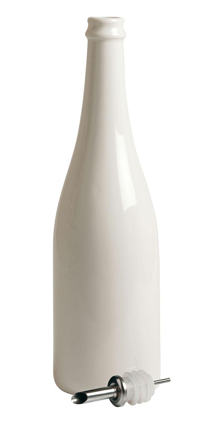 BOTTIGLIA IN PORCELLANA - Linea Estetico Quotidiano By Seletti. ESTETICO QUOTIDIANO è la linea di contenitori per alimenti e bevande realizzati riproducendo fedelmente le forme dei contenitori usa e getta in materiali duraturi, quali la porcellana e il vetro borosilicato. Compatibili con il forno a microonde e la lavastoviglie, i prodotti della linea ESTETICO QUOTIDIANO rappresentano un'occasione di rinnovo delle stoviglie quotidiane, un modo originale e divertente di servire in tavola.