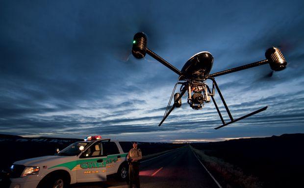 NG - Drones Draganflyer  O delegado de condado Derek Johnson pilota por controle remoto um Draganflyer X6 em uma estrada próxima de Grand Junction, no Colorado. O condado de Mesa usa drones desde 2009 para buscas, resgates e reconstituição de cenas de crime.