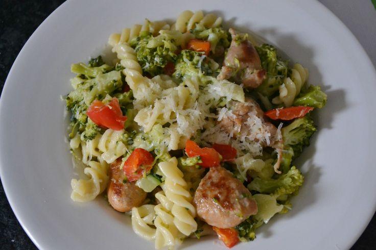 """Er staan (tot vandaag) nog geen recepten met broccoli op mijn blog. Terwijl ik regelmatig broccoli eet. Maar meestal """"gewoon""""gekookt met piepers (aardappelen) en een vleesje. Ik geloof dat ik dat """"recept"""" ik hier niet hoef te plaatsen ;-) Maar nu dus tijd voor broccoli. Met pasta en ook met worst. Én pasta zonder rode... LEES MEER..."""