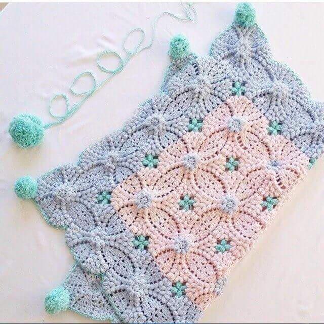 Mattonelle a punto nocciolina per copertina o coperte ,ma si presta bene anche per fare di bellissimi tappeti per il bagno o altro.