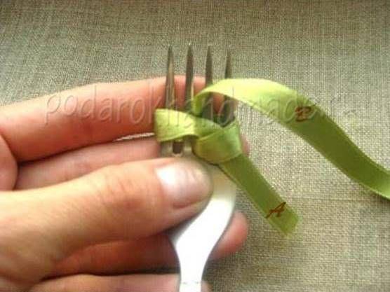Ideas creativas - DIY arco de la cinta de satén con un Tenedor 4