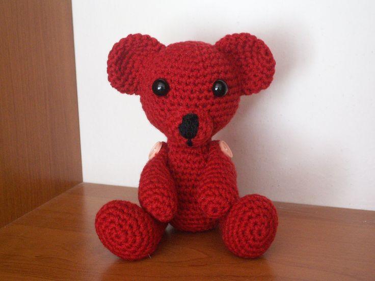 medvídek je uháčkován z příze gloria, je vyplněn umělým, kuličkovým rounem, velký asi 13cm Má bezpečnostní očka a pohyblivé končetiny. Zhotovím na zakázku