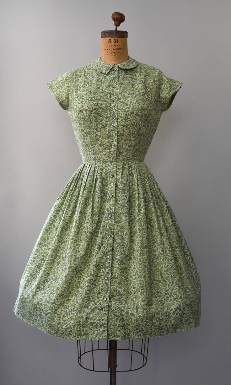 Schattig jaren 1960 groene gebladerte print shirtwaist jurk met taille gesmoord, volledige rok, kleine GLB mouwen, bijpassende groene knoppen helemaal aan de voorkant, kleine afslaan kraag voor en achter € taille sluiting. Bekleed, iets zeeg. Zo lekker!  voorwaarde: uitstekende, kleine stapelen op de oksels gebied. vers schoongemaakte en klaar om te dragen Label: land Miss junioren materiaal: voelt als een katoen/polyester mix, mooi en zacht  ---✄---Metingen---✄--- Bust: 34-35 in Taille...