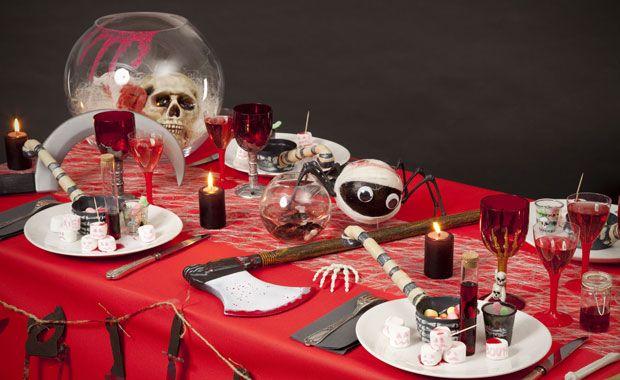 Zoé Confetti - Table gore : Pour Halloween, faites de votre table une véritable scène de crime avec une hache, ensanglantée ou encore une faucille géante.  Attention, ca va saigner !!!