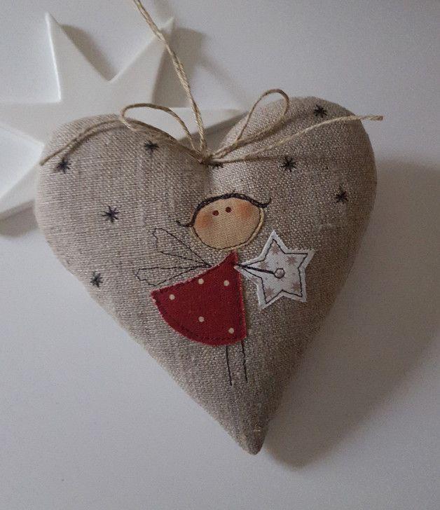 Süsses Herz mit einem applizierten Engelchen für Deine Weihnachtdeko. Aufhängeband: Juteband mit Schleife Größe ca. 13 x 13 cm Material: hochwertige Leinen,- Tilda- und Patchworkstoffe,...