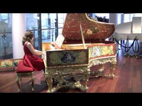 """Erleben Sie den einzigartigen C. Bechstein Salonflügel Louis XV!  Genießen Sie auch unser Video mit Dudana Mazmanishvili, die Chopins Barcarole op. 60 auf diesem einzigartigen, reich ausgeschmückten und vergoldeten C. Bechstein Flügel """"Louis XV"""" spielt."""