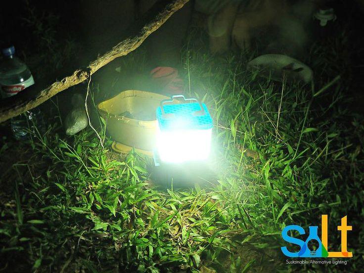 Las comunidades rurales Filipinas están cambiando las velas y los dispositivos que funcionan con baterías por lámparas que funcionan solo con agua salada.