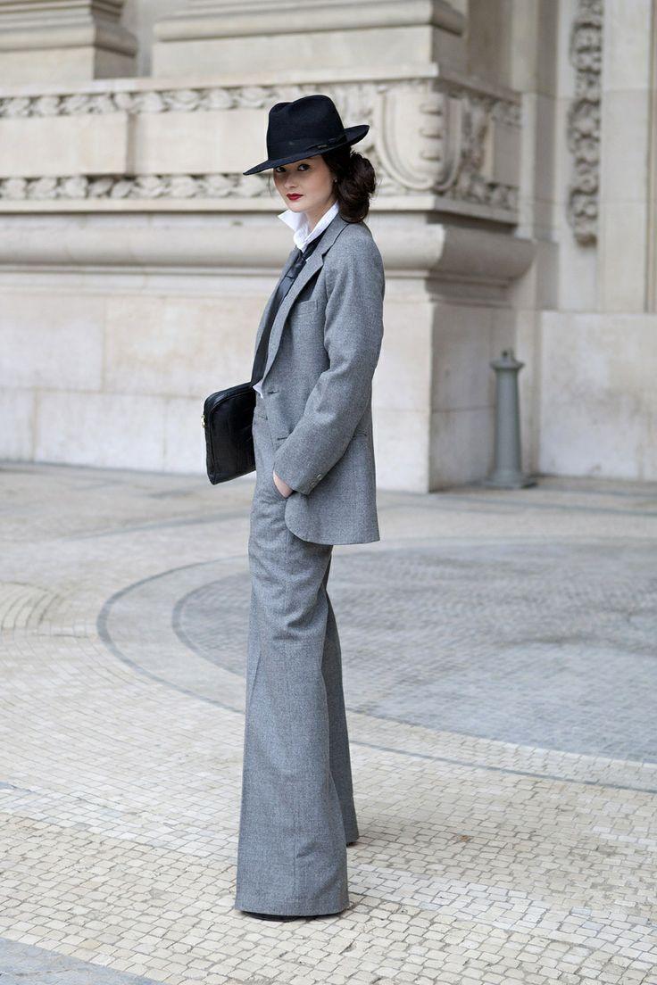 Un traje chaqueta de corte masculino sigue siendo una apuesta segura sin perder la feminidad. Atrévete a potenciar tu estilo y dale el toque personal con los complementos: un buen tacón, un sombrero de ala ancha y un bolso en forma de sobre.  Más consejos de estilo y de imagen en: www.silviafoz.com