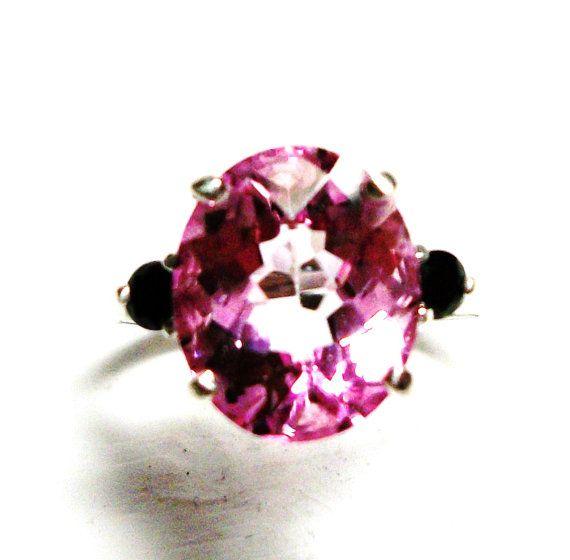 ~ ~ ~ Tickle haar roze   ~ ~ ~ Gemstone: Pink Topaz ~ ~ ~ Gemstone Shape & gewicht: 5.17 ct. 12 x 10 mm ovaal (4 pinnen) ~ ~ ~ Accenten: zwart Spinel 0,25 ctw. 2 / 3 mm ronde ~ ~ ~ Gemstone familie: Topaz / Spinel ~ ~ ~ Behandelingen: bestraald / geen ~ ~ ~ Land van herkomst: Brazilië / Madascar ~ ~ ~ Samenstelling: echte ~ ~ ~ Metalen van de zuiverheid: 2,04 gram van.925 sterling zilver ~ ~ ~ Grootte: 6 1/2 (Re grootte beschikbaar op verzoek. $10,00 per elk een grootte omhoog of omlaag)…