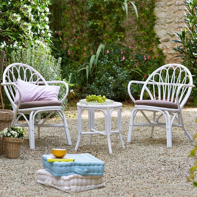 invitation la d tente avec ce salon de jardin romantique compos de 2 fauteuils et d 39 une table. Black Bedroom Furniture Sets. Home Design Ideas