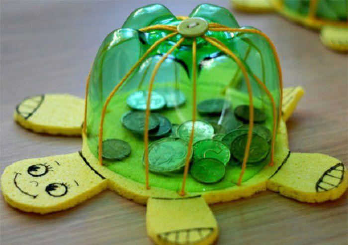 tirelire enfant fabriquée à partir de matériaux récup, que faire avec des bouteilles en plastique fon de bouteille pour fabriquer un tirelire tortue