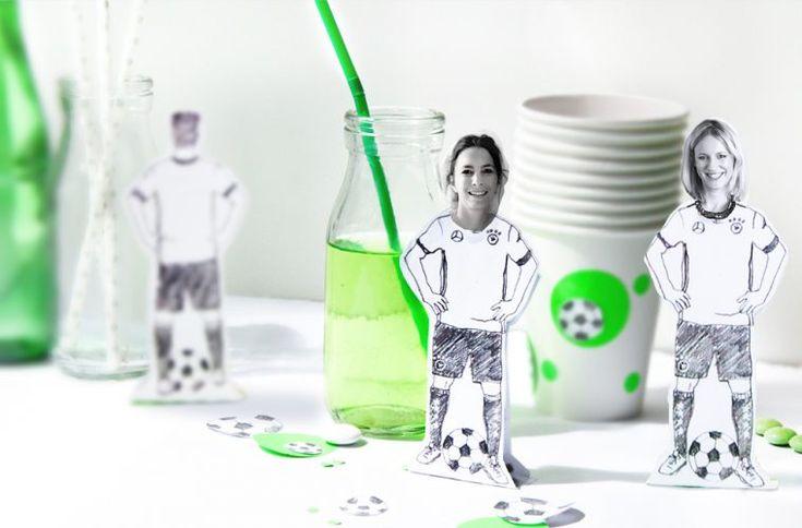 DIY Fussball-Spieler als Papier-Aufsteller selber basteln. Einfach mit Fotos oder Sammelbildern, Perfekt für die Fussball-Party! DIY mit Free Printable // FAMILICIOUS.DE