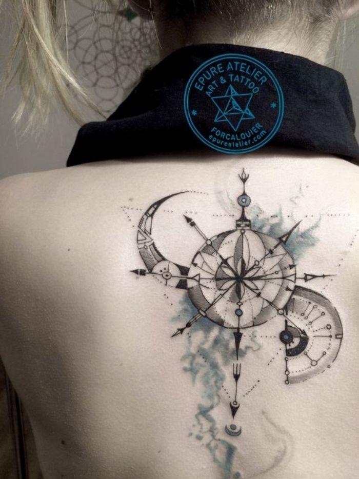 ein mond und ein schwarzer großer steampunk kompass   idee für einen compass tattoo auf dem rücken einer jungen frau