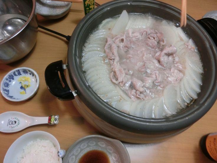 11/22夕食 地震恐ろしさに、泊まりに来た姫1^^; 奈良でも作って好評だったという大根と豚肉だけの鍋。物足りないかと思ったら、お腹がいっぱいに!!持参してきてくれた豚肉がとっても美味しかったので、最後は雑炊で締めくくりました♪