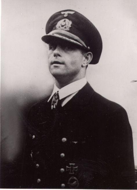 Der Führer verlieh auf Vorschlag des Oberbefehlshabers der Kriegsmarine dem Korvettenkapitän Heinrich Hoffmann, Chef einer Torbedobootsflottille im Kanal, für kühne und erfolgreiche Führung der ihm unterstellten Streitkräfte bei der Bekämpfung der feindlichen Landungsflotte das Ritterkreuz zum Eisernen Kreuz.