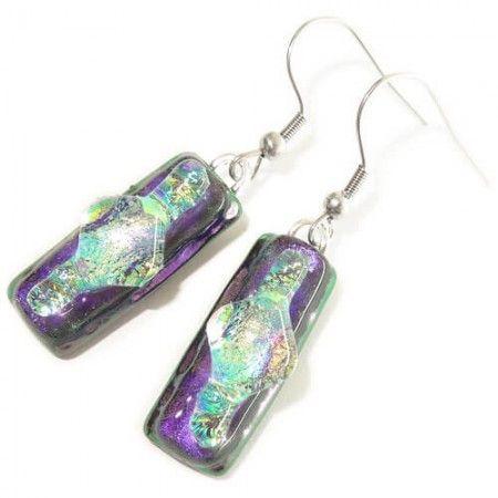 Paarse oorbellen handgemaakt van speciaal paars glas met geel-groen accent.