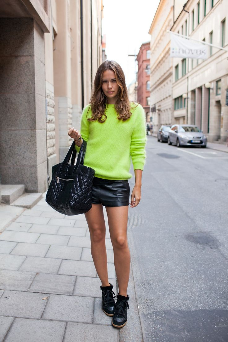 Carolines ModeLeather Shorts,  Minis, Chanel Bags, Leather Skirts, Neon, Black Leather, Street Style, Wedges Sneakers, Fashion Women