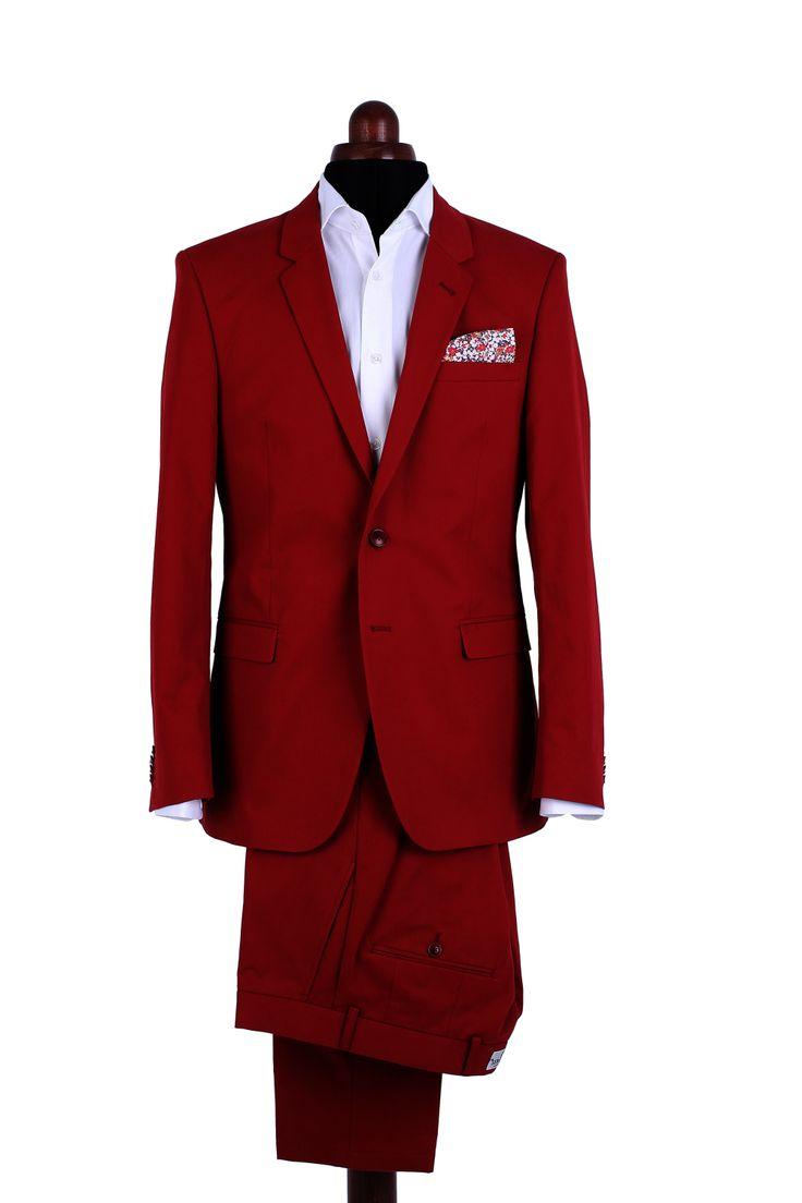 Colecțiile de vară sunt mereu colorate și însuflețite, cu sacouri și pantaloni din bumbac, ușoare, subțiri și plăcute la purtat. Nuanța de carmin a acestui costum Mix&Match este destinată bărbaților care au încredere în sine.