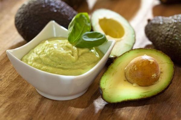 Пожалуй, самое популярное блюдо из авокадо – это гуакамоле – традиционный мексиканский соус, который подают с кукурузными чипсами, хлебом, а также сочетают с другими блюдами. Рецептов гуакамоле множество, однако, основными компонентами в нём выступают авокадо, сок лайма (лимона) и соль. В качестве добавок используются помидоры, зелень, перец (болгарский, чили), чеснок и всевозможные приправы. Главное в  приготовлении этого соуса-закуски успеть полить мякоть авокадо соком лайма (лимона)