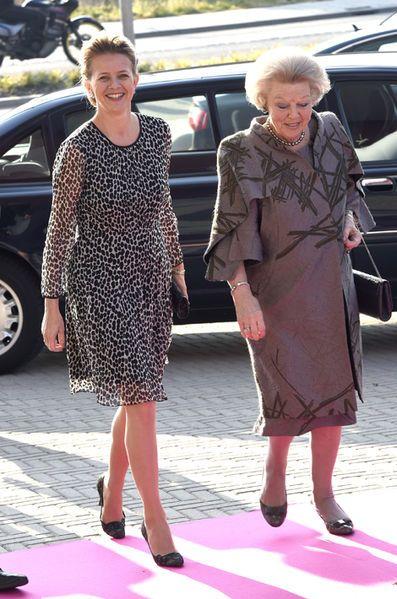 Comme l'an passé à la même période, la mère et la veuve du prince Friso des Pays-Bas, décédé le 12 août 2013 après 18 mois de coma suite à son accident de ski dans les Alpes autrichiennes, étaient côte à côte pour lui rendre hommage. Les princesses Beatrix et Mabel s'était rendues à l'université Inholland à Delft où se déroulait la remise d'un Prix de l'ingénieur de l'année qui désormais porte son nom.