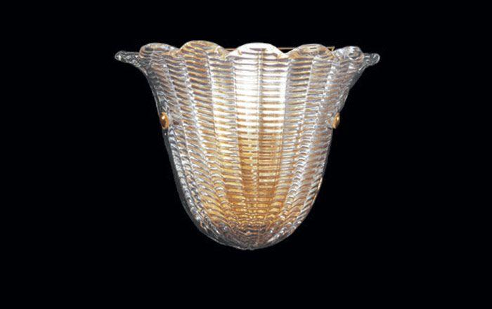 56/AP Parete color Oro  Lampada da parte con montatura color oro e vetro disponibile sia trasparente che color oro.Altezza del vetro: 20cm per una larghezza di 26cm.