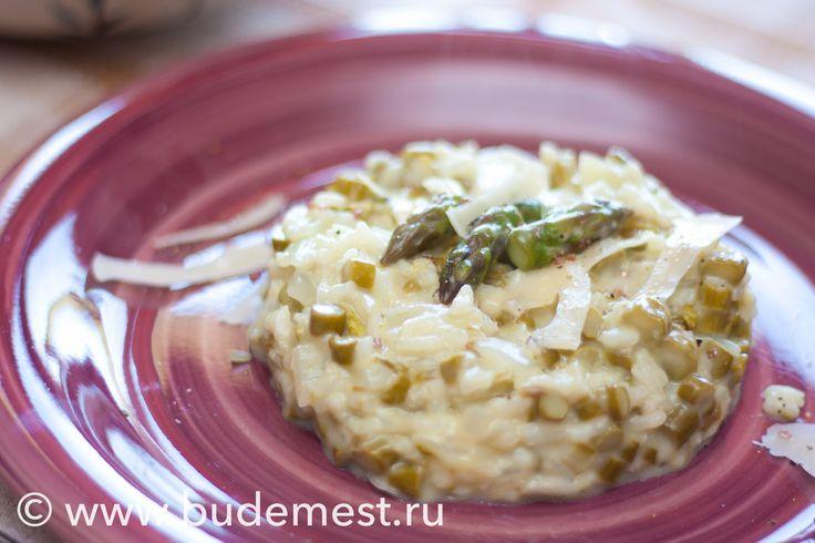 Ризотто одно из базовых итальянских блюд, сегодня предлагаем весенний рецепт - Ризотто со спаржей.  Сложность: легко Время: 35 минут Порции: на 1 Одна порция: 363 ккал  Ингредиенты: - Рис Арборио 55 гр - Спаржа 200 гр - Лук репчатый 50 гр - Вино белое сухое 25 мл - Сыр Филадельфия 20 гр - Овощной бульон 200 мл - Масло оливковое 0.5 ст.л  #budemest #будеместь #средиземноморскаядиета #итальянскаякухня #здороваяеда #вкусноиполезно #ризотто #спаржа #готовимдома #рецепты #кулинария