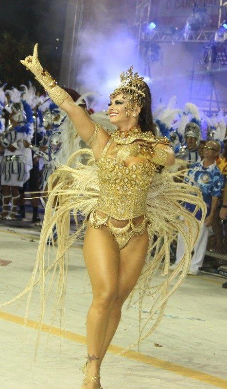 Viviane Araújo interage com o público no sambódromo de Vitória (Foto: Amandio Santos/Ag News)