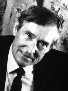 Né à Montmorency en 1927 et mort en 1997, Fernand Dumont a suivi des études classiques au Petit Séminaire de Québec. Après une maîtrise en sciences sociales de l'Université Laval, il fait une thèse sur L'Institution juridique, rédigée tandis qu'il publiait son premier recueil de poèmes, L'Ange du matin (1952). Élève titulaire à l'École des hautes études de Paris en 1953 et 1954, il termine en même temps des études de psychologie à la Sorbonne. En 1960, il présente une thèse de doctorat en…