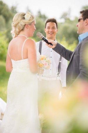 Diese wunderschöne Braut in ihrem Hochzeitskleid ist auch angetan von der Zeremonie von Michael Harter Freier Redner.