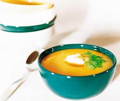 Pumpasoppa med chili är en fyllig och ljuvlig soppa med goda och smakrika ingredienser som pumpa, potatis, lök, ingefära, apelsin och sweet chilisås. Med dessa ingredienser skapar du en makalöst god soppa som uppskattas av både vuxna och barn!