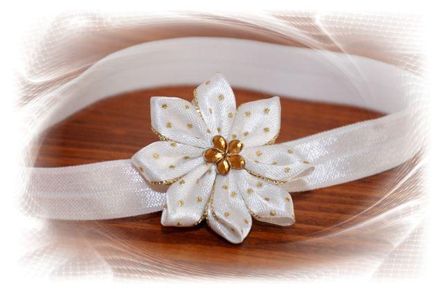 čelenka+-+krémová+-+květ,+zlaté+tečky+-+průměr+květu+5cm,+střed+květu+zdobí+zlatá+kytička+-+čelenka+je+z+pružného+materiálu,+krásně+přilne+k+hlavičce+a++netlačí+-+šiji+podle+obvodu+hlavičky,+alepokudnevíte+a+chcete+čelenkou++překvapit+jako+skvělým+dárkem,+stačí+zadat+pouze+věk+dítěte