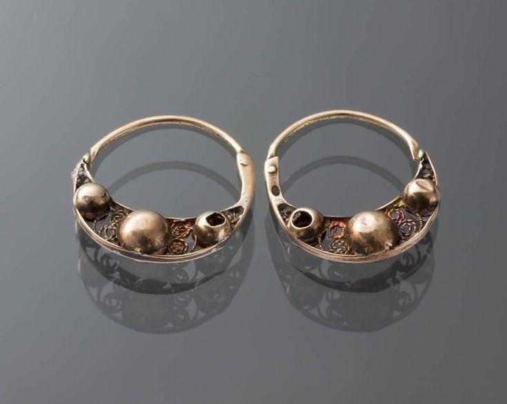 Paar 14-karaats gouden oorringen. Gedragen door een man uit Volendam. 1853-1906 #NoordHolland #Volendam