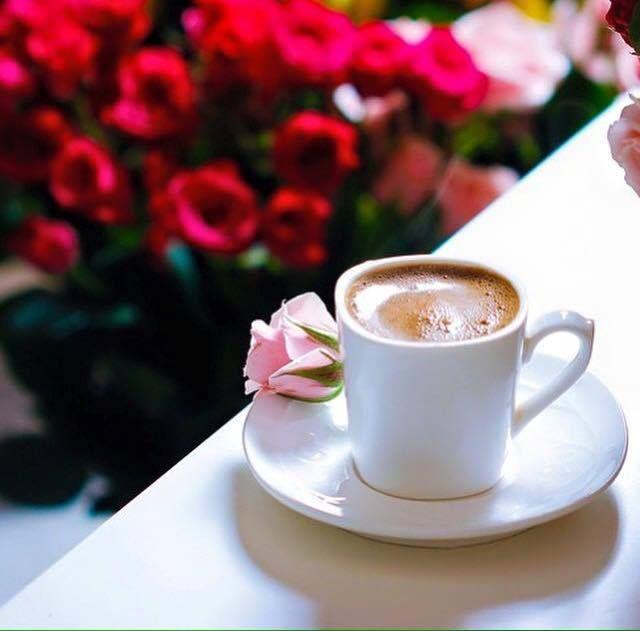 Bir hayattır kahve, Yaşanmış kırk yıl hatırlanan Sadece telvesi değildir. Kahveden arta kalan, Biraz Umut, biraz hayal... Hadi arkadaş sende kendine bir kahve söyle, Orta şekerli olsun. Birde yalnız içme, Yanında kırk yıl usanmayacağın, Bir eşin, bir dostun olsun. . . Afiyetle. .