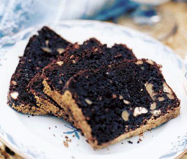 Förtjusande tebröd med kakao, hackade pecannötter och valnötter. Servera tebrödet tillsammans med en ljuvlig röra av färskost, finrivet apelsinskal och florsocker.