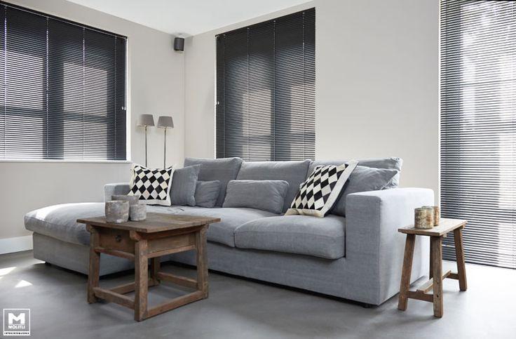 Onze gietvloer op basis van echt beton, stoere meubels, een lichte vergrijsde zandtint op de wanden, zwarte jalouzieen...een lekkere mix van mooie materialen! www.molitli-interieurmakers.nl