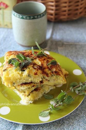 Frittata alle erbe aromatiche, pecorino di Farindola e cipollotto. La ricetta è sul mio blog, la cuoca eclettica.
