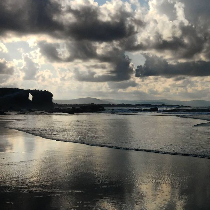 A inmensidade do mar.   #playadelascatedrales #lugo #galicia #galiza #spain #atardecer #nubes #mar #playa #reflejos #clouds #seascape #reflection #seaside #naturaleza #naturephotography #nature #naturelovers #beach #sea #waves #ok_nature #addictedto_nature #igersgalicia #all_shots #travelphotography #holidays #summer #movilgrafias