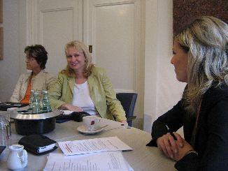 Ilona Orthwein im Gespräch mit Klienten und Mitarbeitern