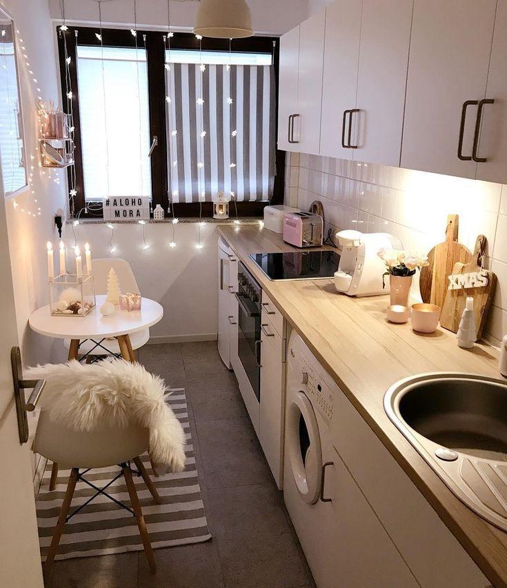 Kleine gemütliche Küche mit Lichterdetails