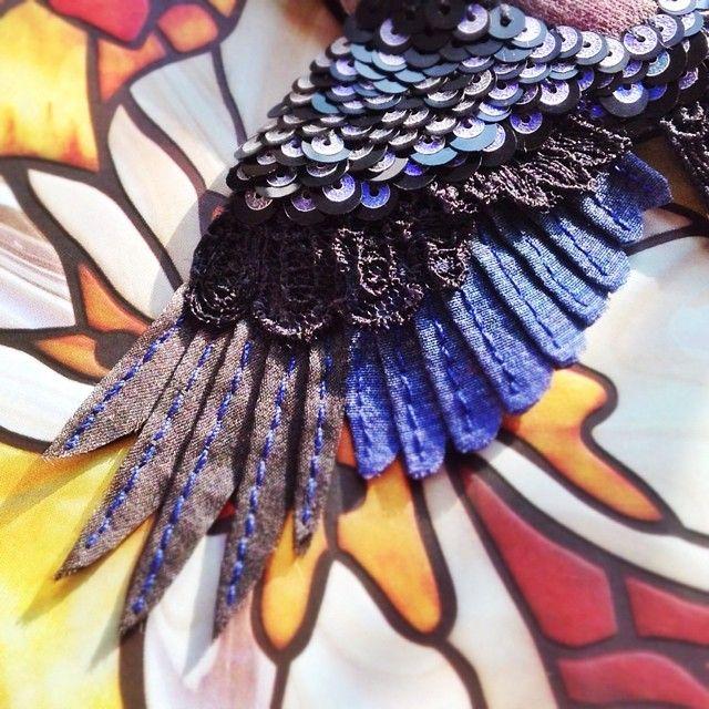 Доброе утро! Хорошего вам дня! А у меня новенький рождается ☺️ Иссиня-черный птиц  #рукоделие #ручнаяработа #ручная_работа #процесс #украшение #крыло #птица #брошь #черный #вышивка #шелк #эксклюзив #арт #art #handmade #ooak #jewelry #handmade #bird #wing #embroidery #embellishment